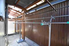 ランドリールームの奥から物干しスペースに出られます。屋根付きです。(2019-01-17,共用部,LAUNDRY,1F)
