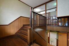 階段の踊り場。写真右角の出っ張りは後付けの専有部の収納だそう。(2019-01-17,共用部,OTHER,2F)