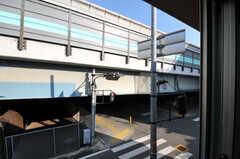 窓の外には国道が走っています。(208号室)(2012-01-13,専有部,ROOM,2F)