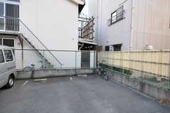 建物脇にはバイク置場もあります。(2012-01-13,共用部,GARAGE,1F)