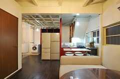 リビングからキッチン方向を見るとこんな感じ。左手の奥に洗濯機と洗面台があります。(2012-12-18,共用部,LIVINGROOM,1F)