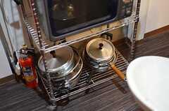 鍋類はラックに置かれています。(2012-12-18,共用部,KITCHEN,1F)