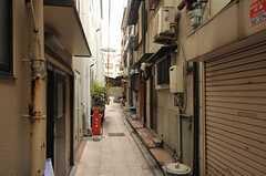 細い路地に面しています。(2012-12-18,共用部,ENVIRONMENT,1F)