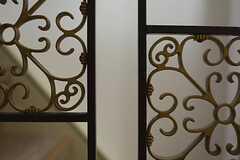 階段の手すりの格子は、味わいあるレトロなデザイン。(2013-10-29,共用部,OTHER,1F)