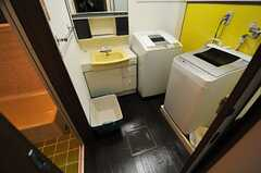 バスルームの脱衣室には、洗面台とキッチンが設置されています。(2013-10-29,共用部,BATH,1F)