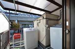 ベランダの様子。洗濯機が2台設置されています。うち1台は乾燥機能付きです。(2015-11-16,共用部,LAUNDRY,2F)
