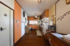 リビングの様子4。奥にはキッチンが併設されています。(2016-10-04,共用部,LIVINGROOM,2F)