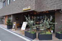 1Fにはカフェ&バーが入っています。(2020-03-24,周辺環境,ENTRANCE,1F)