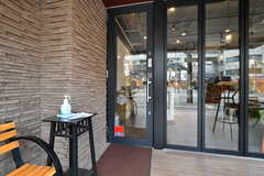 玄関の鍵は23時〜8時はオートロックに対応となります。(2020-03-24,周辺環境,ENTRANCE,1F)