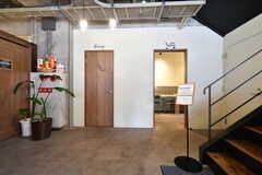 階段奥に入居者用のキッチンがあります。(2020-03-24,共用部,OTHER,1F)