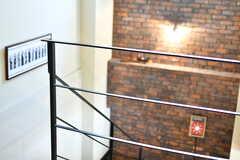 階段のアイアン。壁面はレンガ張りです。(2020-03-24,共用部,OTHER,2F)