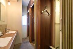 シャワールームも3室並んでいます。(2020-03-24,共用部,BATH,2F)