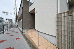 シェアハウスの外観。玄関脇にはベビーカー用のスロープが用意されています。(2017-06-07,周辺環境,ENTRANCE,1F)