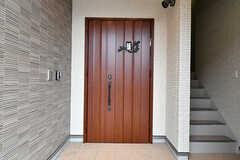 玄関の様子。2Fは女性専用シェアハウスで別の玄関が用意されています。(2017-06-07,周辺環境,ENTRANCE,1F)