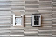 玄関の鍵はナンバー式のオートロックです。カメラ付きのインターホンも用意されています。(2017-06-07,周辺環境,ENTRANCE,1F)