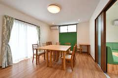 ダイニングの様子。小さめのテーブルが組み合わされて配置されています。(2017-06-07,共用部,LIVINGROOM,1F)