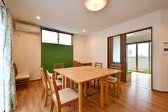 テーブルの角は子どもへの配慮で丸みを帯びています。(2017-06-07,共用部,LIVINGROOM,1F)