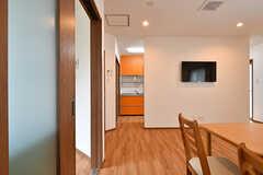 共用TVは壁掛けです。TVの左右にキッチン側との導線があります。(2017-06-07,共用部,TV,1F)