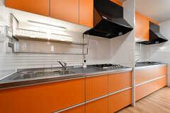 キッチンの様子2。オレンジ色のシステムキッチンが2台並んでいます。(2017-06-07,共用部,KITCHEN,1F)