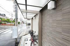 自転車置き場の様子。屋根付きです。(2017-06-07,共用部,GARAGE,1F)