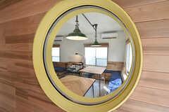 玄関からリビングを覗けるよう丸窓が設置されています。(2016-07-20,周辺環境,ENTRANCE,1F)