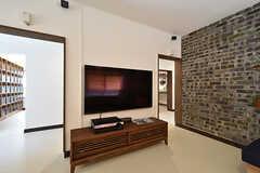 共用TVの様子。サラウンドシステムも付いています。TVの裏手がキッチンです。(2016-07-20,共用部,TV,1F)