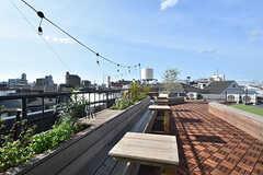 屋上の様子。小さいテーブルは移動可能です。(2016-07-20,共用部,OTHER,4F)