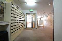 郵便物は管理人さんが部屋ごとに振り分けます。ドアの先がラウンジです。(2015-05-18,共用部,OTHER,1F)