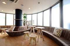 ベンチやテーブルなどは入居者さんがDIYして作ったもの。(2015-05-18,共用部,LIVINGROOM,1F)