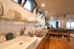 棚の上の食材や炊飯器は各個人の私物だそう。(2015-05-18,共用部,KITCHEN,1F)