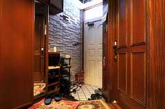 内部から見た玄関周りの様子。(2010-11-26,共用部,OUTLOOK,1F)