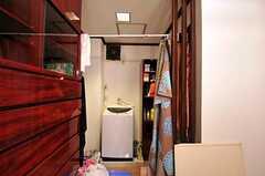 脱衣スペースにある洗濯機の様子。(2010-11-26,共用部,LAUNDRY,1F)