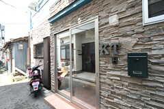 玄関周辺の様子。サイン、インターホン、ポストが設置されています。(2017-06-06,周辺環境,ENTRANCE,1F)