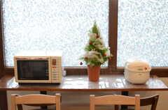 窓辺のテーブルにはキッチン家電が置かれています。(2014-12-10,共用部,LIVINGROOM,1F)