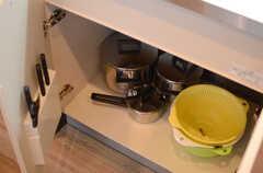 シンク下の収納には調理器具が置かれています。(2014-12-10,共用部,KITCHEN,1F)