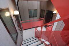 左手のドアに301〜303号室、右手のドアに304〜305、401号室があります。(2014-12-10,共用部,OTHER,3F)