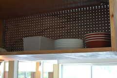 吊り棚には共用の食器が並んでいます。(2019-05-15,共用部,KITCHEN,1F)