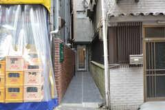 シェアハウスのアプローチの様子。奥に玄関があります。(2014-05-15,周辺環境,ENTRANCE,1F)
