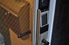 玄関の鍵はナンバー式です。(2014-05-15,周辺環境,ENTRANCE,1F)