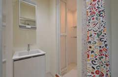 ユニットの水まわり設備の様子。右手にシャワールームがあります。(301号室)(2014-05-15,共用部,LIVINGROOM,2F)