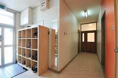 内部から見た玄関まわりの様子。突き当りにラウンジ、左手にシャワールームがあります。(2013-09-12,周辺環境,ENTRANCE,1F)