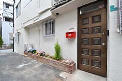 玄関の様子。玄関の脇に共用のポストが設置されています。(2017-05-16,周辺環境,ENTRANCE,1F)