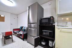キッチン脇に冷蔵庫と収納棚が並んでいます。収納棚にはキッチン家電が用意されています。(2017-05-16,共用部,KITCHEN,1F)