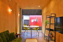 窓の外はアーケード商店街の2階部分。ピンクがかった赤いファサードがいいアクセントになっています。(2020-07-01,共用部,LIVINGROOM,2F)