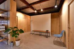 リビングの様子6。白い壁の裏側はシャワールームです。(2020-07-01,共用部,LIVINGROOM,2F)