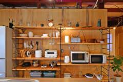 食器や家電が並ぶ棚の様子。空間のアクセントになっています。(2020-07-01,共用部,KITCHEN,2F)