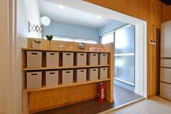 部屋ごとに使える収納ボックスの様子。裏手には洗面台があります。(2020-07-01,共用部,KITCHEN,2F)