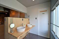 洗面台の様子。隣のドアはトイレです。(2020-07-01,共用部,WASHSTAND,2F)