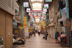 玄関の裏側は商店街に面しています。(2020-07-01,共用部,ENVIRONMENT,1F)