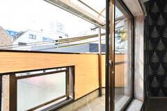 バルコニーの様子。窓枠もエイジング加工されています。(301号室)(2017-03-20,専有部,ROOM,3F)